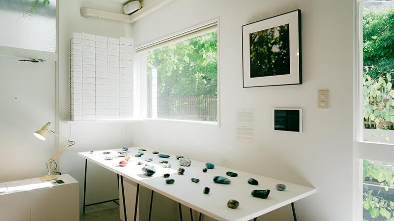 02 11 - 光を写した石